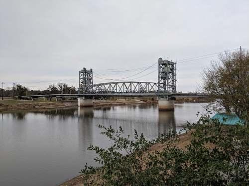 building gray metal bridge over water arch bridge