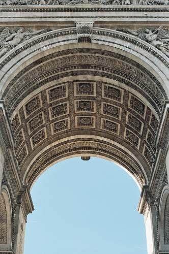 building closeup photo of Arc De Triomphe during daytime paris