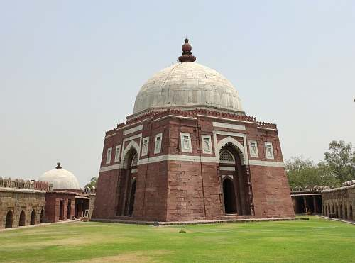 building Ghiyasuddin Tughlaq's Tomb in Delhi dome