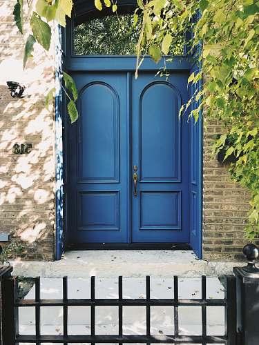 blue closed blue door 525 w eugenie st