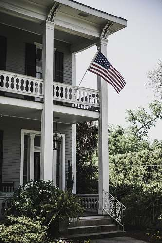 vase flag of USA on 2-storey house pottery