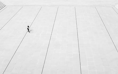 photo black-and-white woman walks at the plaza floor free for commercial use images
