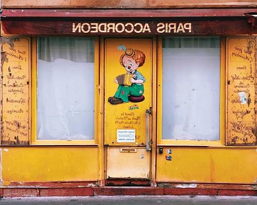 shop Paris Accordeon store door