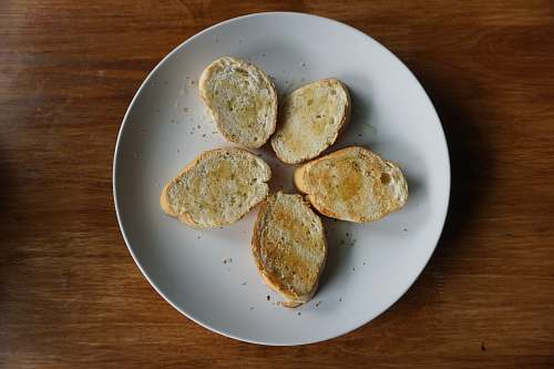food five sliced breads on round plate dish