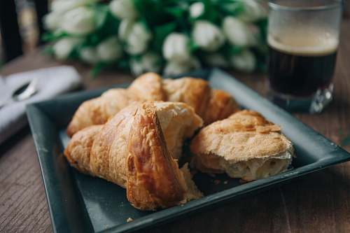 photo bread black ceramic tray with bread on top croissant free for commercial use images
