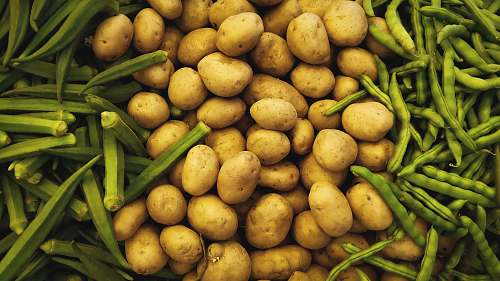potato brown potatoes surrounded by green beans vegetable
