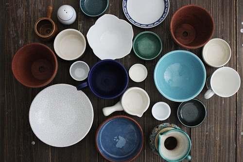 dish flatlay photo of ceramic mugs and bowls meal
