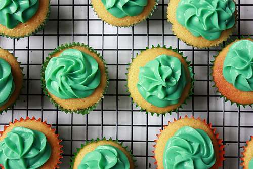 cupcake green cupcakes on black and white lined mat creme